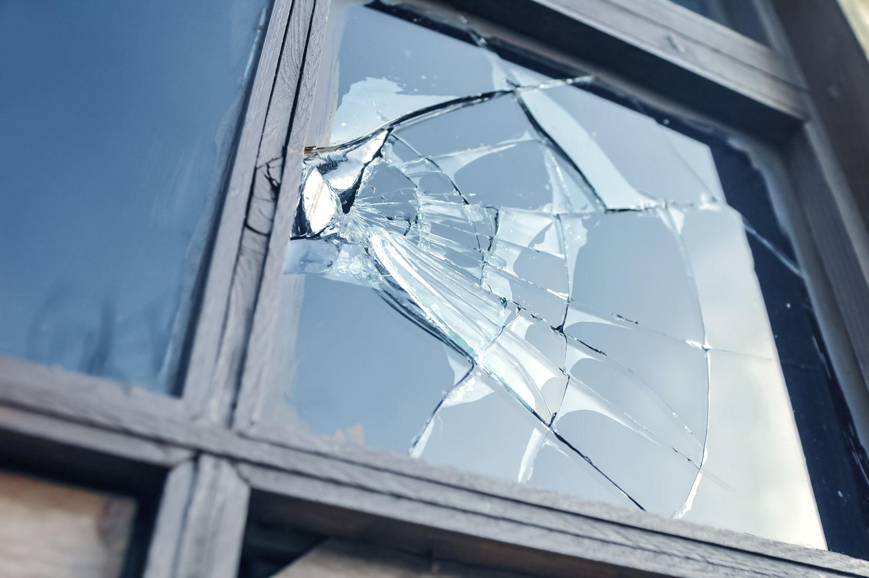 Remplacement des vitres brisées pour la sécurité de votre maison