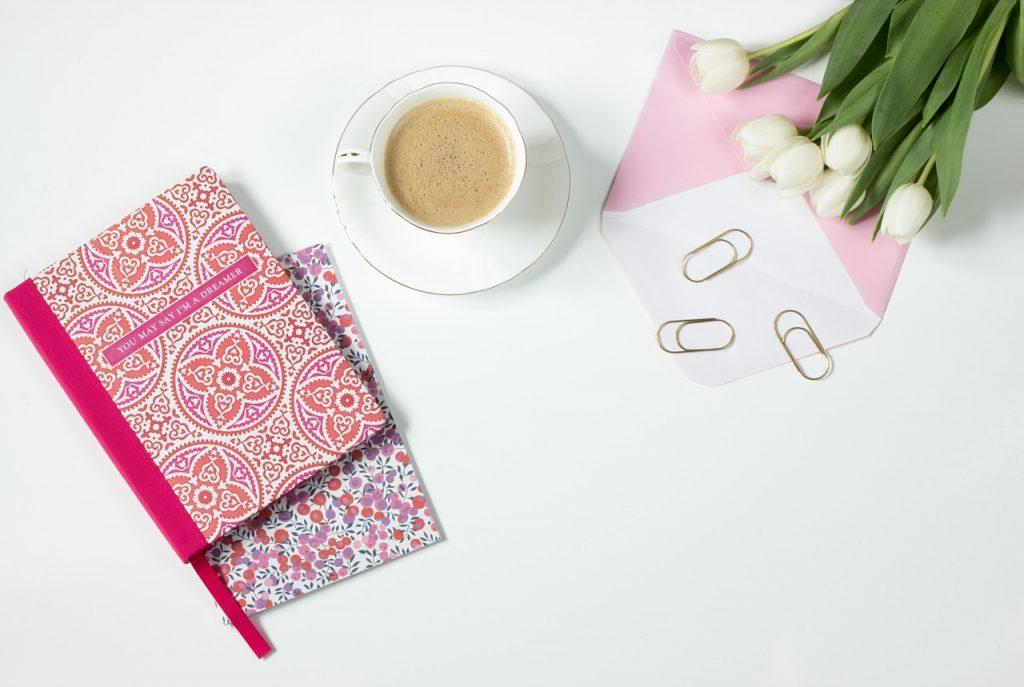 café, fleurs, ordinateur portable