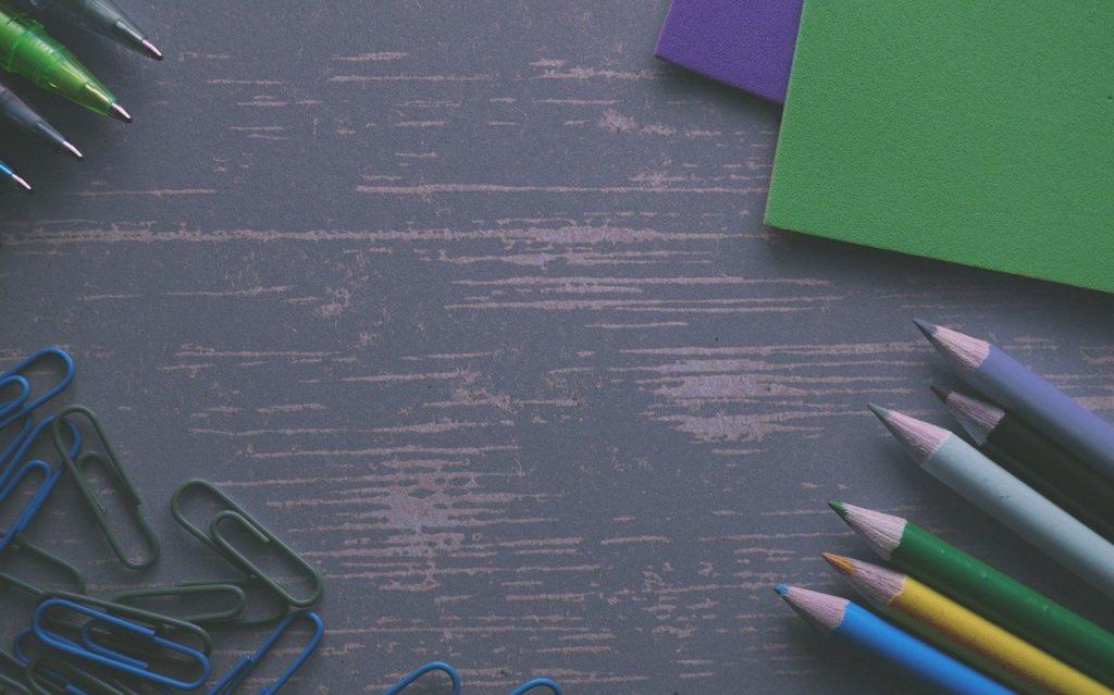des crayons, clips, crayons de couleur