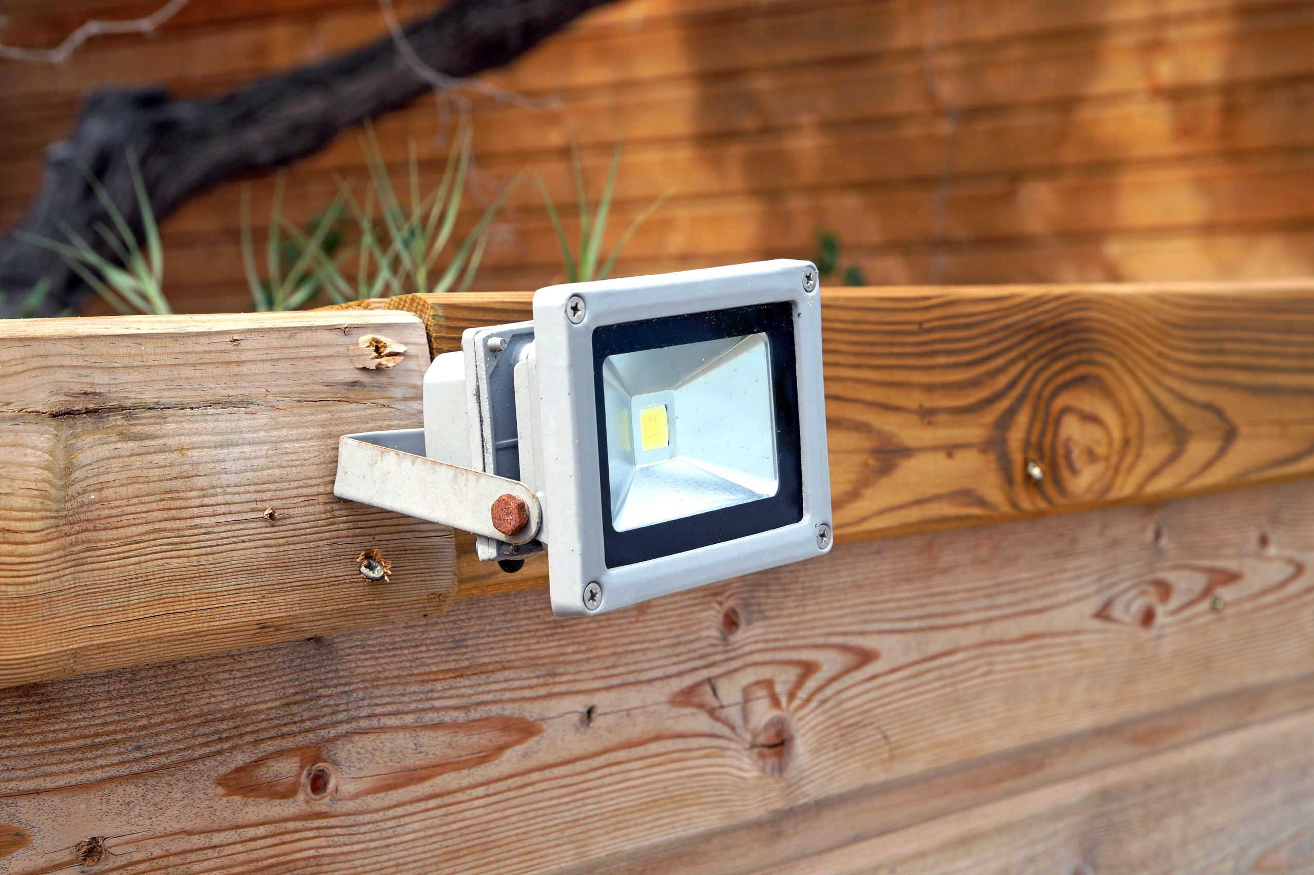 Comment bien choisir son projecteur led rechargeable ?